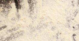 Pizzastein mit Mehl bestäuben